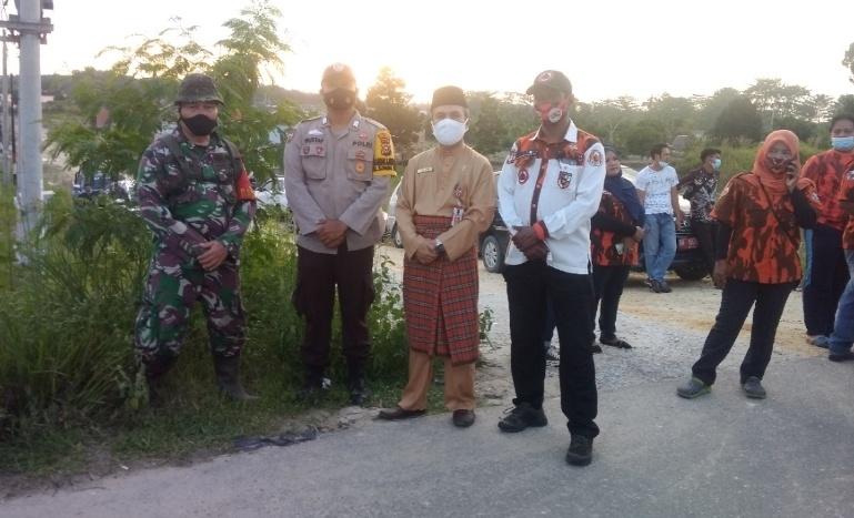 Kadisos Riau bersama ketua BKPB PP Provinsi Riau, ketua KNPI Riau serta Wabinsa dan kepolisian photo bersama usai pembagian tajil dan nasi kotak kepada warga korban banjir Kelurahan Sungai Sibam