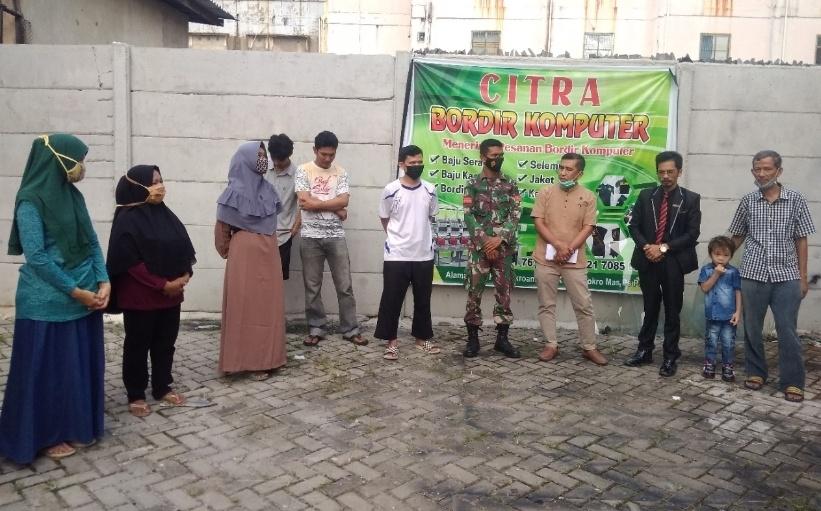 Tokoh masyarakat, tokoh pemuda Kelurahan Sukaramai Kecamatan Pekanbaru Kota berphoto bersama dengan H Darnil usai menyerahkan bantuan