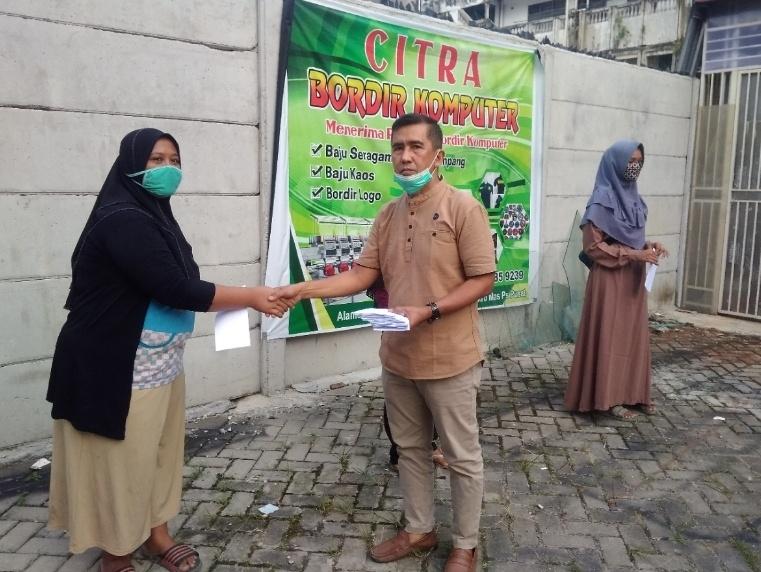 Politisi Hanura,H Darnil, SH, MH menyerahkan bantuan secara langsung kepada masyarakat RW 02 Kelurahan Sukaramai Kecamatan Pekanbaru Kota