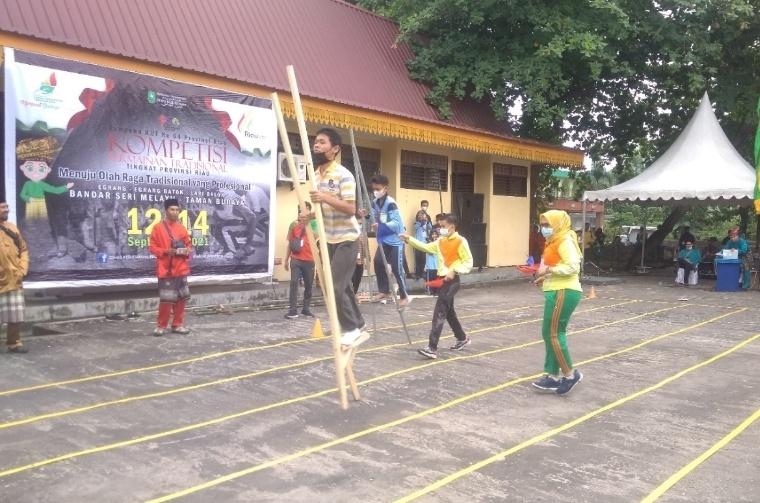 Para peserta kompetisi Olah Raga Tradisional ikuti lomba permainan Egrang
